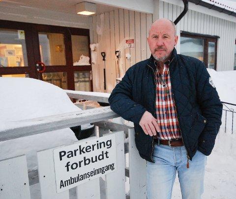 STOR PÅKJENNING: Harald Hansen forteller om stor påkjenning for hans foreldre på grunn av at faren måtte vente lenge på å bli flydd hjem fra sykehus. Hansen tror dette bidro til at faren døde kort tid etter hjemkomsten.