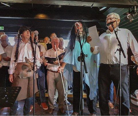 MYE HUMOR: Sangforeningens konserter er en blanding av sang og stand up-show, og det trekker fullt hus og vel så det.