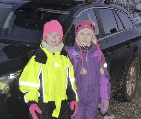 Miljøbevisste jenter: Tuva Lund Hansen og Solveig Bjørk er opptatt av at folk skal være flinkere til å ta vare på miljøet, og å la bilen stå. Foto: Eirik eidissen