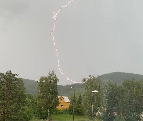 LYN: Trude Stubmo sikret seg dette flotte bildet av tordenværet da lynet slo ned på Brekkvasselv i Namsskogan.