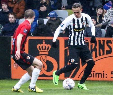 SPENNENDE: Gudmundur Andri Tryggvason (t.h.) i aksjon for A-laget til KR Reykjavik. Nå er sønnen til TIL-legenden Tryggvi Gudmundsson invitert på besøk til TIL i begynnelsen av oktober.