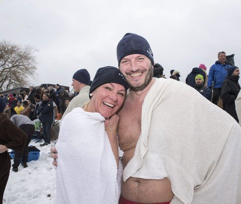 – Dette er tradisjon: Tove Lystad og Trond Aasen deltok på isbadingen for tredje gang i år.
