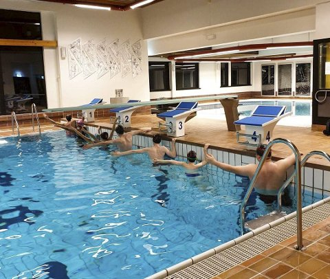 Nye startpaller er på plass i svømmehallen på Nesna. I neste uke blir det en slags «miniinnvielse» i regi av Nesna svømmekliubb. Foto: Torill Myrbostad