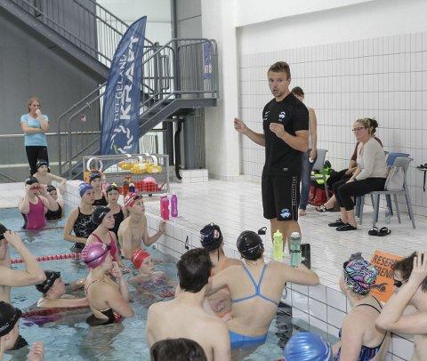 Nesna svømmeklubb får ikke benyttet svømmehallen til Nord Universitet denne måneden. Dermed er de uten en arena helt fram til høsten.