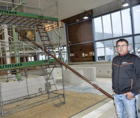 Må vente: Roy Millerjord, daglig leder i Moheia Bad, venter ennå på at den nye vannsklia i badet skal bli levert. Foto: Trond Isaksen