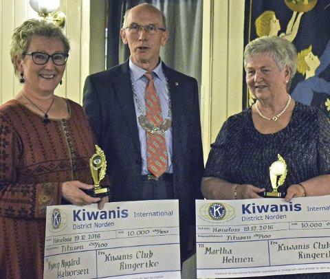 Heder: Bjørg Nygård Halvorsen og Martha Helmen mottar Kiwanis Ærespris 2016 av Kiwanis president Leif Aspevoll.