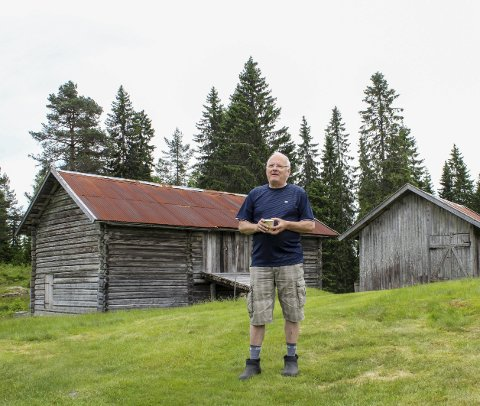OPPBYGD: Uthusene i bakgrunnen er noen av dem Tore Ovlien har restaurert og gjenoppbygd på Mikkelrud.