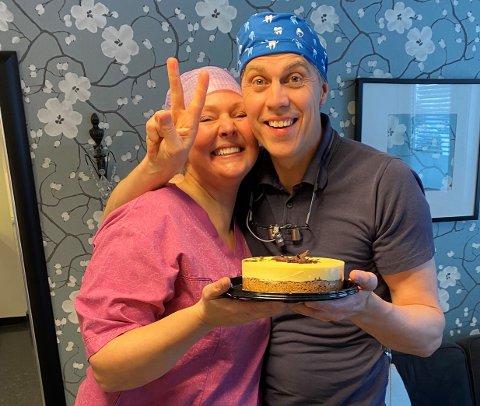 KAKEFEIRING: Kaysa og Torkild Stjernesund feiret VM-gullet til datteren Thea Louise med kake på tannlegekontoret.