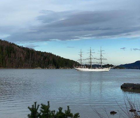 SKUTEBESØK: Flere har lagt merke til den hvite fullriggeren som ligger utenfor Vervenstranden i Åros for tiden.