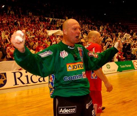 STIF-seier: Sesongen 2002/2003 var det rent lokaloppgjør i NM-finalen. STIF vinner og Mats Fransson jubler.