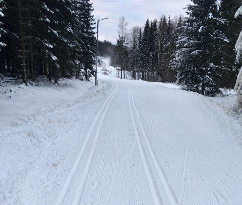 LØYPA: Nå er det 1,7 kilometer løype med kunstsnø i Storås klar til bruk.