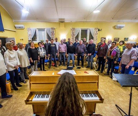 DEBUTERER I VARMESTUA: Borgen Sangkor med dirigent Sunniva Berg skal ha konsert i Varmestua, og samtidig overrekke den store pengegaven fra koret. foto: Tobias Nordli