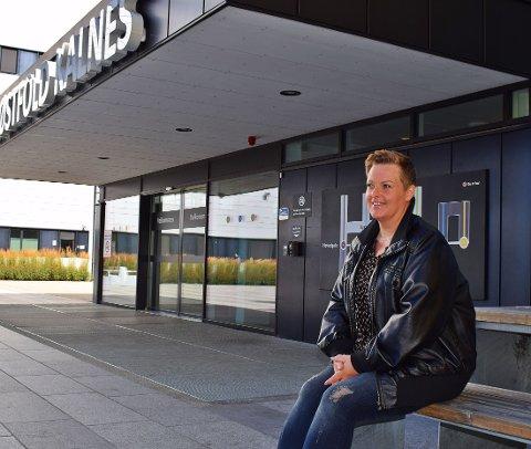 TAKKNEMLIG: Anne Marie Johansen gleder seg over bidragene som kommer inn til barneavdelingen på sykehuset Kalnes.