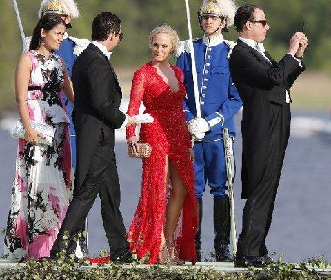Kathrine Fredriksen gjør et vågalt valg når hun ankommer prinsesse Madeleines bryllup i utringet rød kjole. (Foto: Lise Åserud / NTB scanpix)