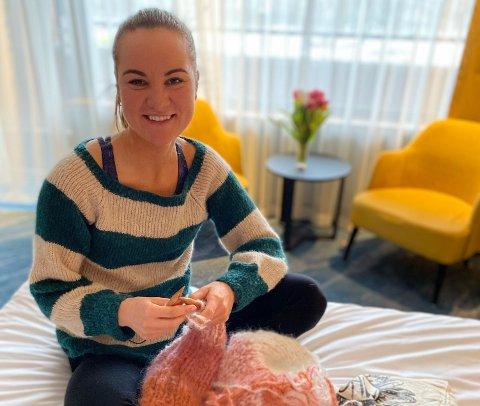 BOBLE: I fem uker har Sofie Karoline Haugen levd i en boble på et hotell i Nederland. Tiden har hun fått til å gå med blant annet strikking.