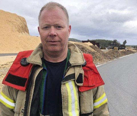 Styrte operasjonen: Utrykningsleder Dag Halvorsen styrte operasjonen fra bakken mens tre av hans brannmannskap, blant annet brannmesteren, gikk opp og frigjorde pasienten. Foto: A.D.