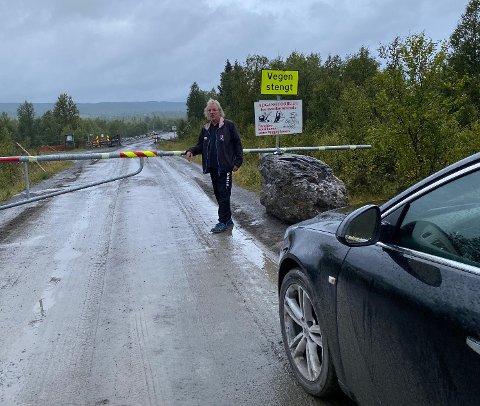 HIT - MEN IKKE LENGER: Roar Fylken Olsen ønsker å kjøre raskeste veg til hytta si. Han har i alle år kjørt over Flydammen, men nå er den stengt, og omvegen er betydelig lenger.