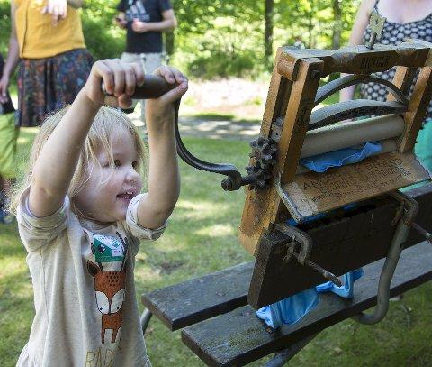 Gammeldags rulle: Det blir mange aktiviteter for familier som tar turen til Seierstensområdet søndag. Her fra Barnas dag på Follo museum i fjor. Foto: Thore Bakk/MiA