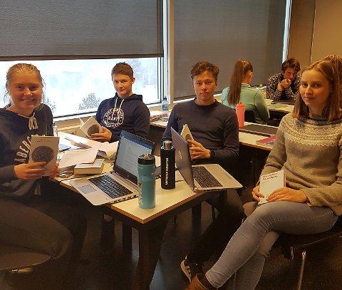 3.F.v.: Kari Sollid Nordvang, Magnus Fjerdingen Moan, Jørgen Solhaug Sæter og Rønnaug Hansæl-Nergaard. Bak: Synne Aasen Kveberg og Eirik Horten.