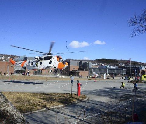 Sea King-helikopter fotografert under øvelse på Nord universitet i Bodø.