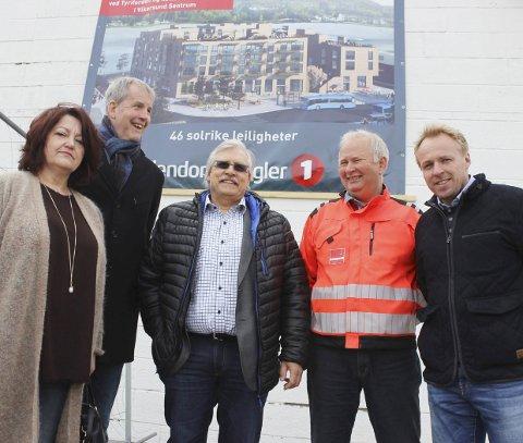 FERSK AVTALE I BOKS: Gro Brathovde f.v. (avdelingsleder Veidekke), Tor Saghaug (Vikersund Utvikling, og Rom Eiendom), Steffen Markussen (tidligere styremedlem i Vikersund Utvikling), Tor Ole Leversby (prosjektleder Veidekke) og Reier Andre Sønju (Modum Prosjekt og Byggeledelse).