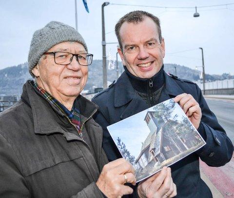 Fikk en halv million: Sportskapellets Asle Kristiansen fikk en generøs gave av Per Øivind Mørk (t.h.) i Sparebanken Øst. - Nå er kapellet reddet i ti år, sa Asle Kristiansen.