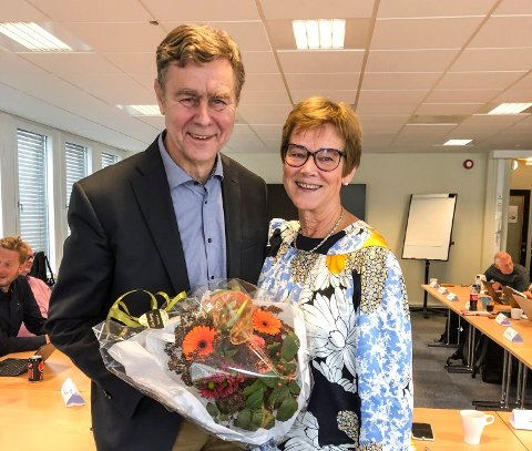 VEL BLÅST: Prosjektrådmann Elisabeth Enger overrakte blomster til Fellesnemnd-leder Bent Inge Bye da siste møtet var ferdig, og jobben er gjort.