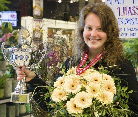 Østfoldmester: Amalie Thorsen kvalifiserte seg til å delta i NM i blomsterdekorering da hun vant Østfold-mesterskapet med buketten og sorgarbeidet hun laget. Foto: Jan Erik Skau