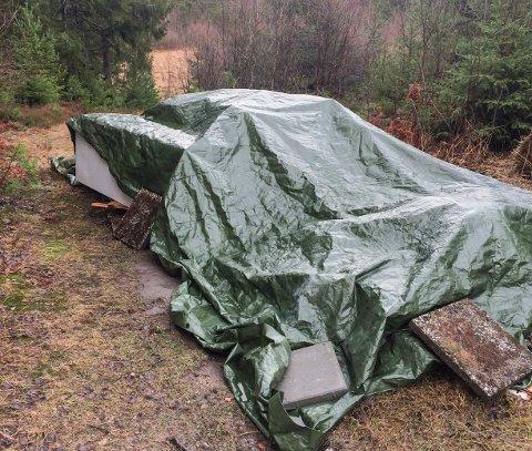Blir fjernet: Nå er søppelet ved Skogstrand pakket under presenning, og grunneier har gitt søppeleieren beskjed om å fjerne det.