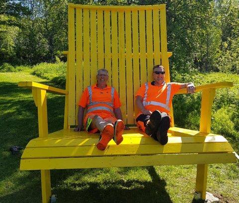 Her prøvesitter Torbjørn og Trond i Veg og park den nye solstolen i Ornesvika. – Håper den blir mye brukt, sier enhetsleder Trond Solberg i Veg og park.
