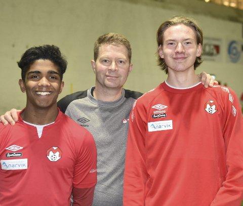 SPENNENDE: Simon Bakke (t v) og Marcus Horrigmoe Johnsen flankerer trener Jan Tore Bakli. Dette er to av flere unggutter som trener godt med A-laget. Foto: Kolsvik