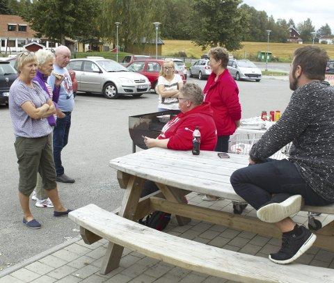Bestemte: – Vi vil ha to kommuner, sier Marit Heesbråten (f.v.), Ingeborg Heesbråten og Jan Erik Slettbakken, som lot seg engasjere utenfor Coop. Mona Vangen (sittende) og Anne-Grete Slettbakken fra Fagforbundet delte ut pølser. (i midten står Heidi Anita Slettbakken).