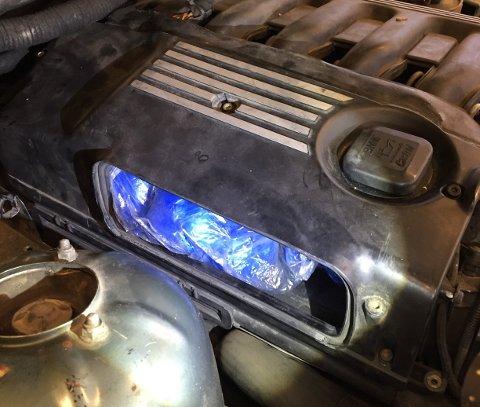 LUFTINNTAK: En narkotikahund markerte i motorrommet, og under en festeanordning for luftfilteret fant tollerne en pose med hvitt pulver.