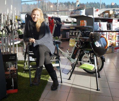MYE NYTT: Litt tid til å lene seg tilbake i inventarbutikken har hun, Mari Marthe Rækstad, matkedssjefen hos Mohagen Bil AS, før hun skal gyve løs på å fornye butikken til vårens caravandager fra 15. mars.