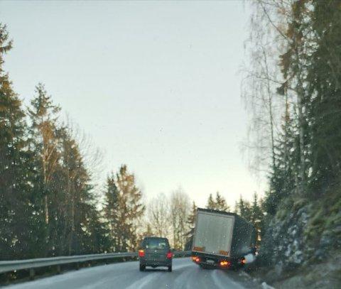 KJØRT SEG FAST: En lastebil har kjørt seg fast i Ringdalslinna.