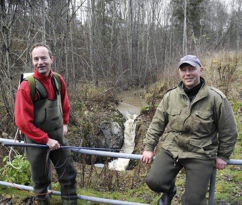 HINDRING: – Her vil vi lage en trapp, slik at sjøørreten kan forsere fossen selv for å gyte, sier Birkeland og Stensrud.