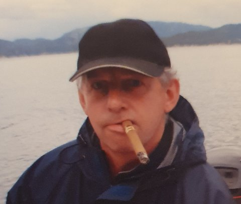 DØD: Ola Halvor Hasseløy er død. – Dette bildet er veldig han. I båt med sigaren, sier datteren Eldrid Marie Hasseløy.