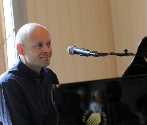 Pianisten: Hans Christian Digermul har full kontroll på tangentene, og holder praten i gang med de andre musikerne.  pianisten: Hans Christian Digermul har full kontroll på tangentene, og holder praten i gang med de andre musikerne.