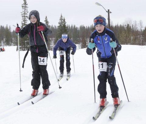 REGN I FJOR: Hjartfjellrennet 2016 gikk i regnvær.Andrine Ånes Jessen (t.h.) sammen med Sofie Hagfors Haustreis og Lotte Horsberg Kolsvik (bak).   FOTO: PER VIKAN