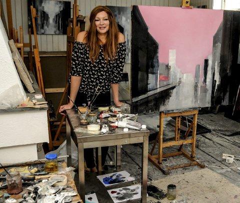 Utsolgt: Karoline Kaaber i sitt atelier på Barthebrygga. Den hardtarbeidende kunstneren har solgt alle sine malerier på utstillingen i Galleri Nicolines hus. Foto: Jimmy Åsen