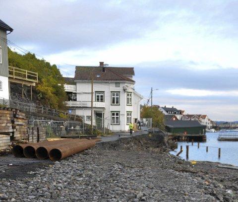 Siger: Barthebrygga siger ut i sjøen til tross for at mye masse allerede er fjernet.