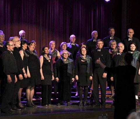 Vil bli fleire: - Syng med oss, oppmodar Svein Rimestad i Røysterett for Alle. Dirigenten er Maria Malmsten. Foto: arkiv