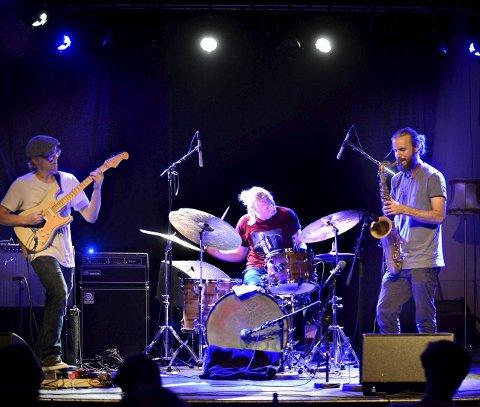 TRIO: Krokofant på Mølla i Kongsberg. Fra venstre Tom Hasslan, Jørgen Mathisen og Axel Skalstad. På den nye plata er de forsterket med Ståle Storløkken og Ingebrigt Håker Flaten.