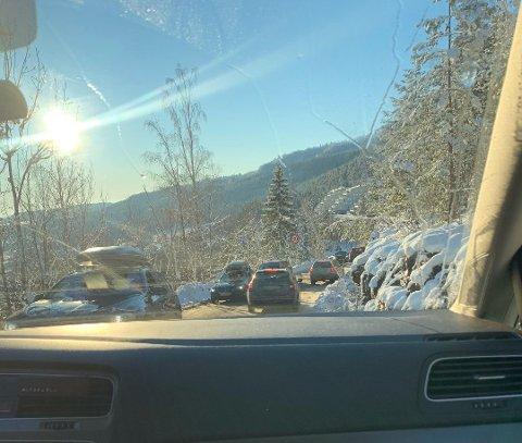 KØ, KØ OG KØ: fortvilte skiløpere måtte tåle lange køer ved utfartsstedene i regionen. Her et leserbilde fra Eikseterveien.
