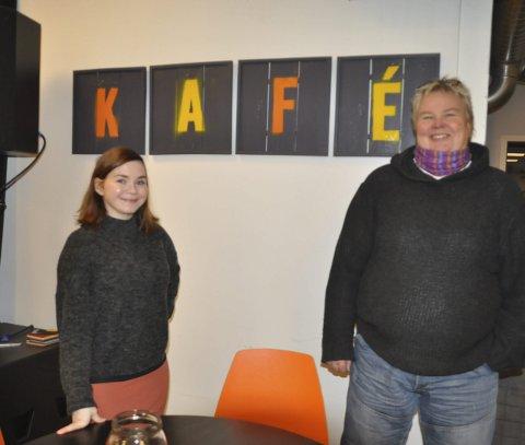 FILMNATT: -Billettene hentes på Qltura, sier Camilla Indrevoll som her er sammen med ungdomsarbeider Brit Aune.