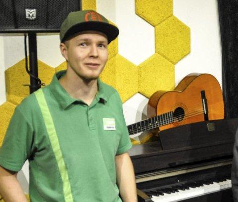 MELD PÅ: Mathias Skjerpen oppfordrer ungdom fra både øst og vest til å melde seg på UKM.