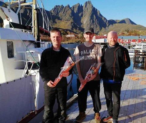FØRSTEMANN: Svein Arild Urås er den første i landet som har tatt fagbrev gjennom et prøveprosjekt. Her flankeres han av skipper Ørjan Sandnes(tv) og Per Blix fra Opus Lofoten.