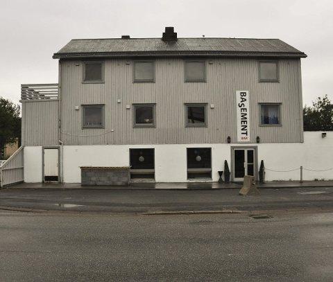 KONKURS: Halvannet år etter konkursen innstilles nå bobehandlingen i boet etter Basement Lofoten AS som drev pub i dette lokalet i Leknes sentrum.