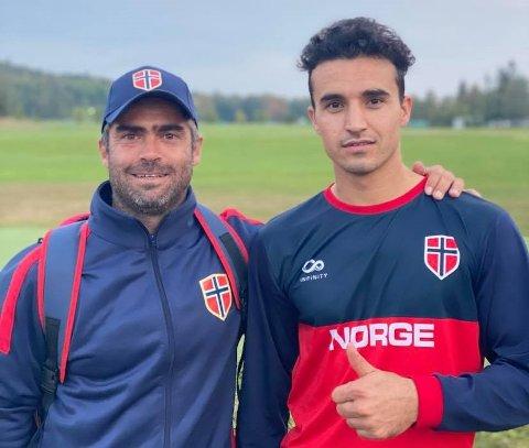 LANDSLAGSTRENING: Ahmadullah Shinwari fra Lyngdal er en av 14 spillere på det norske cricket landslaget som reiser til EM søndag. Til vesntre landslagstrener Dominic Telo.