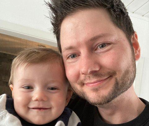 Småbarnsfar Stian Krabsethsve synes lite om at de gjennomsnittlige barnehageprisene i Trondheim er høyere enn i de andre storbyene i landet. her sammen med sønnen Theo på snart elleve måneder.
